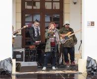 一个小组音乐家在状态Philharmonics锡比乌-塔利亚音乐堂前面的街道上执行 锡比乌市在罗马尼亚 免版税库存照片