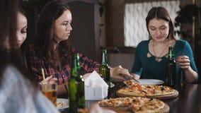 一个小组餐馆饮用的啤酒和吃比萨的女孩 股票视频
