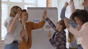 一个小组5人 愉快的办公室工作者 人胜利胜利 HD慢动作 影视素材