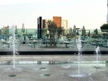 一个小美丽的唱歌喷泉露天,在街道上 水滴,在天空中在飞行中结冰的水喷气机再 免版税库存图片