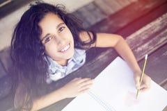 一个小美丽的女孩在公园 免版税库存照片