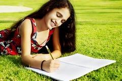 一个小美丽的女孩在公园 免版税库存图片