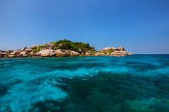 一个小美丽的热带海岛用清楚的绿松石水 免版税库存图片