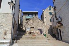 一个小老海边镇的建筑学 库存图片