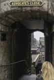 一个小胡同的入口在爱丁堡的老部分的 免版税图库摄影