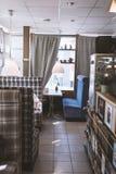 一个小舒适咖啡馆的内部 免版税图库摄影