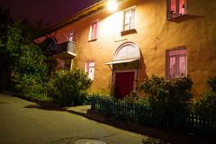 一个小舒适房子的入口在晚上,在欧洲,老房子,入口 老苏联房子 免版税图库摄影