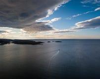 一个小船航行的寄生虫摄影到海湾里在挪威 库存图片
