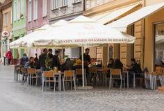 一个小街道咖啡馆-餐馆在老城布拉索夫在罗马尼亚 免版税库存图片
