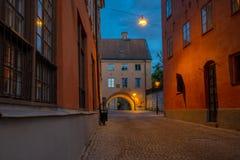一个小街道或胡同的看法在老镇大学城市乌普萨拉,瑞典 库存图片