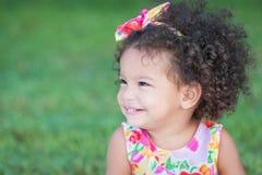 一个小西班牙女孩的旁边画象有一种非洲的发型的 免版税图库摄影