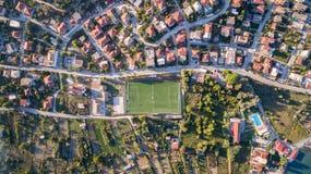 一个小镇的空中射击有橄榄球球场的在科孚岛希腊 免版税库存图片