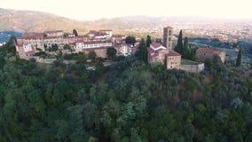 一个小镇的空中射击小山的在托斯卡纳,意大利, 4K 股票录像