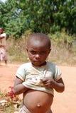一个小非洲女孩的圆鼓的腹部- Pomerini -坦桑尼亚- A 免版税库存图片