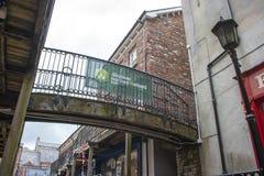 一个小顶上的人行桥在少女市的墙壁的里面工艺村庄伦敦德里在有a的北爱尔兰 免版税库存图片