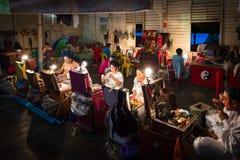 一个小组中国歌剧成员准备在后台 免版税图库摄影