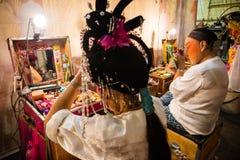 一个小组中国歌剧成员准备在后台 免版税库存照片