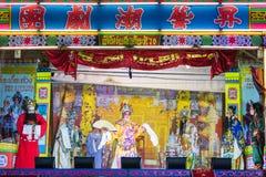 一个小组中国歌剧成员在阶段执行 免版税图库摄影