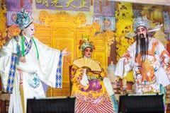 一个小组中国歌剧成员在阶段执行 免版税库存照片