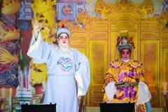 一个小组中国歌剧成员在阶段执行 免版税库存图片
