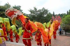 一个小组亚洲人舞蹈 免版税库存照片