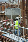 一个小组倾吐具体泥浆的建筑工人入桩帽模板 库存图片
