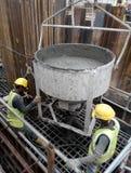 一个小组倾吐混凝土的建筑工人入桩帽模板 图库摄影