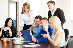 一个小组年轻商人在有的办公室乐趣铁饼 免版税库存照片