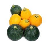 一个小组圆的黄色和绿色夏南瓜,隔绝在白色背景 健康沙拉的有机菜 免版税库存图片
