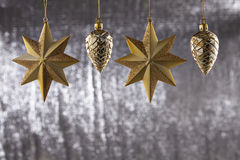 一个小组圣诞节杉木锥体和星 免版税库存图片