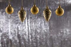 一个小组圣诞节球和杉木锥体 免版税库存照片
