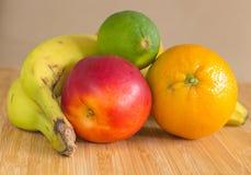 一个小组在一块竹板材的健康果子 免版税库存图片