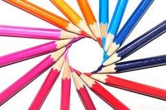 在太阳旋转形状的五颜六色的铅笔  库存图片