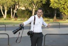 一个小组在布达佩斯街道上的婚礼摄影师举行两三个新婚佳偶的一场照相讲席会 免版税库存照片