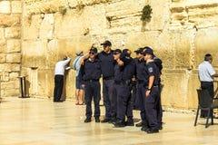 一个小组在警察制服的年轻以色列人做着图片以记念参观到哭墙 库存图片