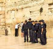 一个小组在警察制服的年轻以色列人做着图片以记念参观到哭墙 免版税库存照片