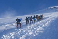 一个小组在他们的途中的登山家对Elbrus 免版税库存照片
