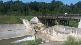 一个小水坝和桥梁太  免版税库存照片