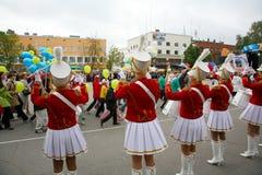 一个小组女孩军乐队女队长鼓手 库存照片