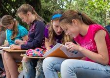 一个小组女孩参与画户外 免版税库存图片