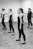 一个小组女孩进行舞蹈运动 免版税库存图片