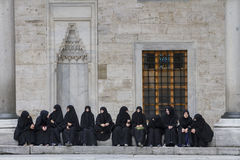 一个小组妇女在蓝色清真寺的庭院里坐并且休息在伊斯坦布尔 免版税库存照片