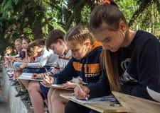 一个小组孩子-艺术在自然的学校图画的学生 库存图片
