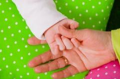 一个小婴孩的手母亲的 免版税库存图片