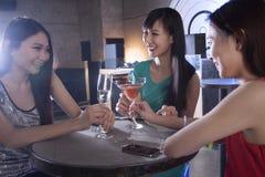 一个小组少妇有饮料在夜总会 免版税图库摄影