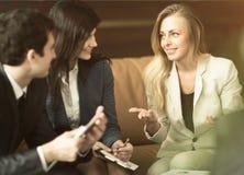 一个小组成功的商人 关于公司的重要合同的讨论 免版税图库摄影