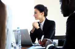 一个小组成功的商人 关于公司重要合同的讨论  库存图片
