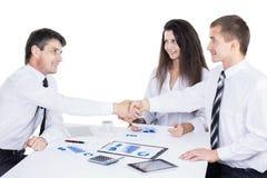 一个小组成功的商人 关于图和grap的讨论 免版税库存图片