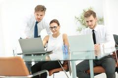 一个小组成功的商人 关于importa的讨论 库存图片