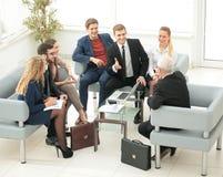 一个小组成功的商人 关于importa的讨论 库存照片